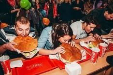 В Ульяновске прошел конкурс на скоростное поедание гигантских бургеров